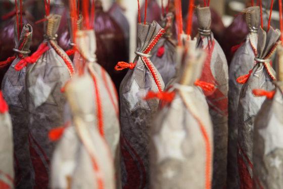 Adventskalender-Salami in der Reifekammer
