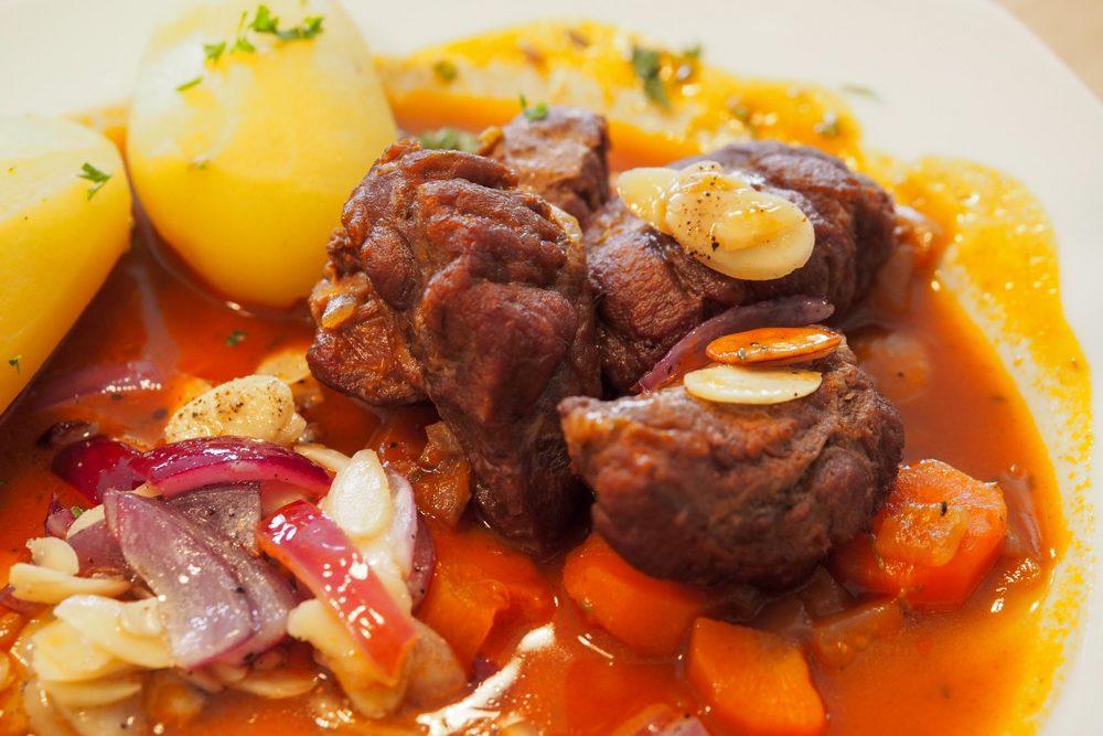 Schweinebaeckchen mit Gemuese und Kartoffeln auf dem Teller