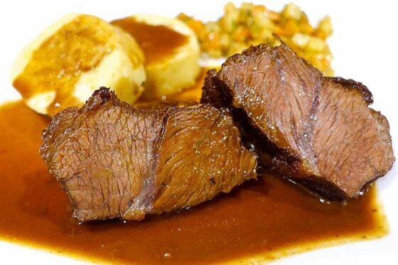 Ochsenbäckchen | Rinderbäckchen auf dem Teller. Foto (c) aus-meinem-kochtopf.de