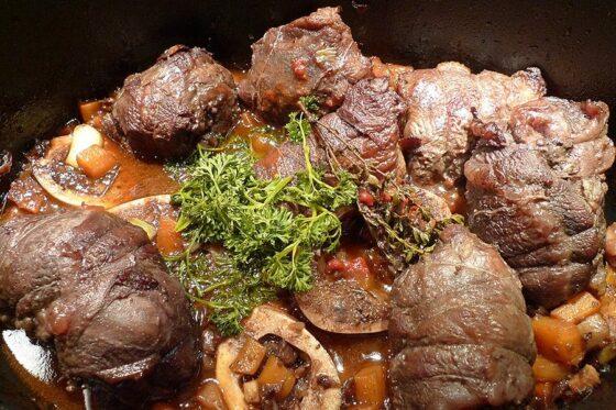 Ochsenbäckchen | Rinderbäckchen im Kochtopf. In Häppchen zerschnitten und mit Küchengarn umwickelt. © aus-meinem-kochtopf.de