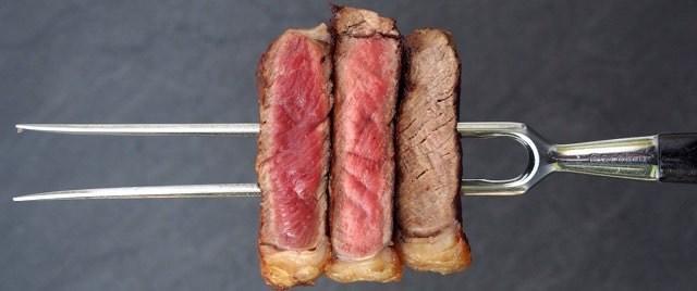 Steak auf Fleischgabe: rare, medium und done