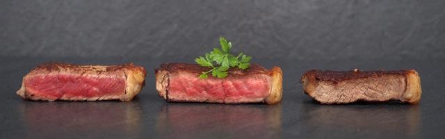 Frontansicht drei Steaks in drei Garstufen