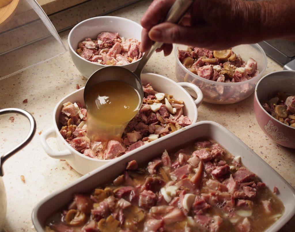 Sülze in tiefe Teller oder Schüsseln füllen