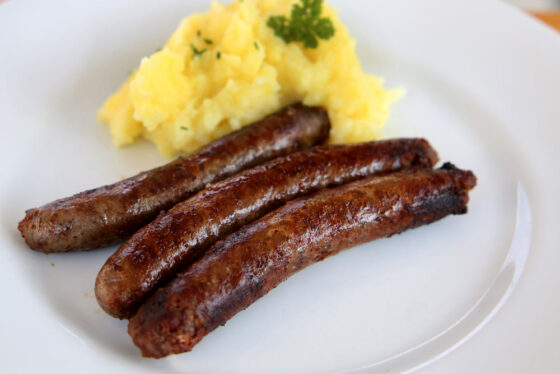 Serviervorschlag: Wildbratwurst mit Kartoffelpürree