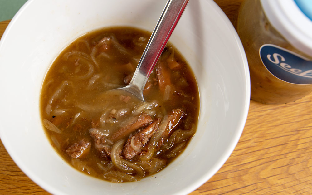 Saure Kutteln in Suppenschüssel